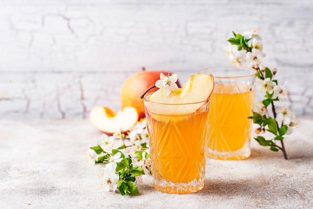 Verres avec du jus de pomme frais ou du cidre