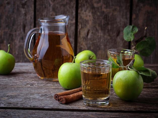 Verres avec du jus de pomme sur une table en bois. mise au point sélective