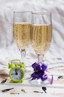 Verres du nouvel an avec champagne. célébrer les boissons alcoolisées de noël