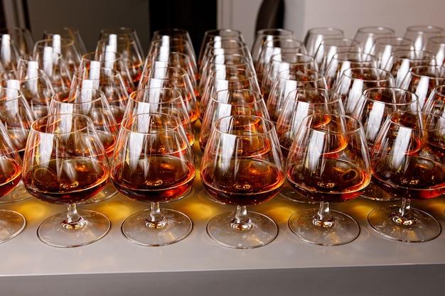 Verres élégants avec du cognac sur la table lors de la restauration événementielle