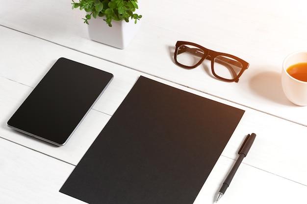 Verres en feuille vierge pour tablette et tasse à café sur une table en bois de bureau