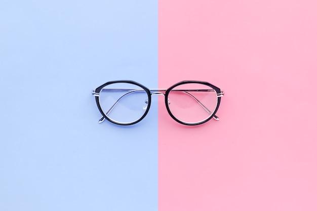 Verres sur fond pastel de deux couleurs.idée de concept de vacances