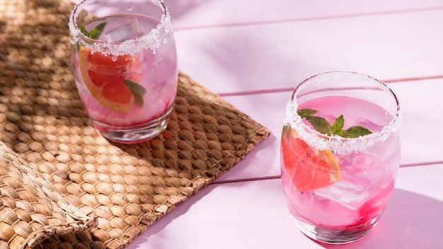 Verres à la fraise froide et à la menthe