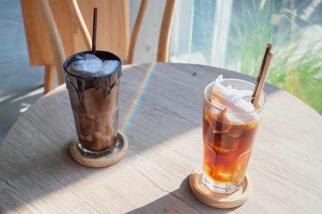 Verres de glaçons et café frais