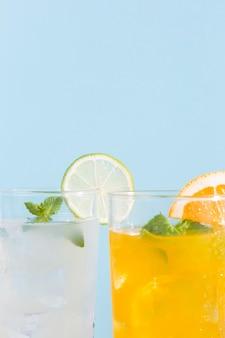 Verres gros plan avec boissons