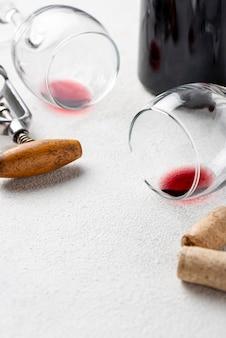 Verres de gros plan pour le vin sur la table