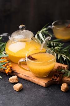 Verres avec jus de fruits aromatisés sur planche de bois