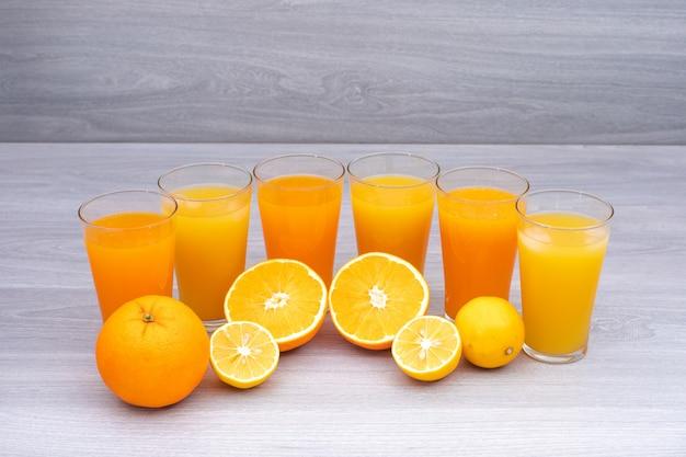 Verres de jus de fruits mandarine citron sur tableau blanc