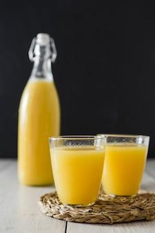 Verres de jus d'orange et bouteille