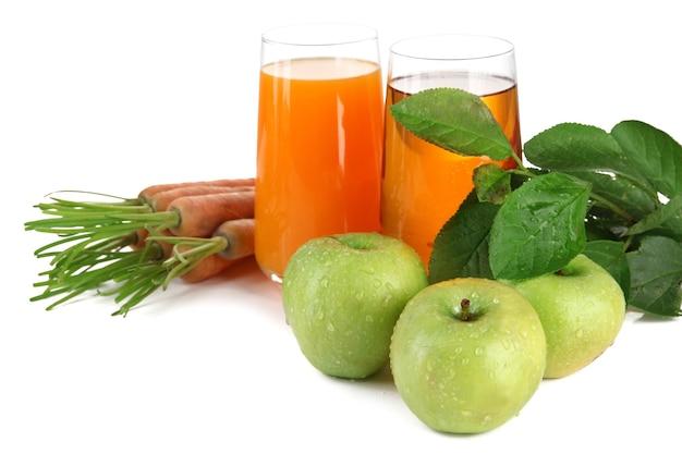 Verres de jus, pommes et carottes, sur blanc