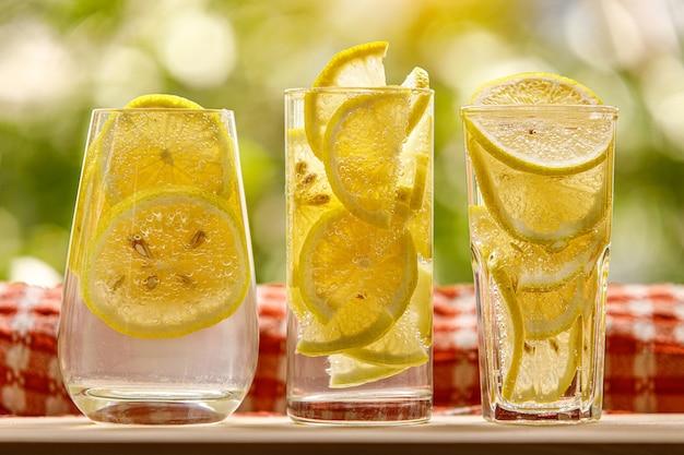 Verres de limonade au citron sur le jardin ensoleillé