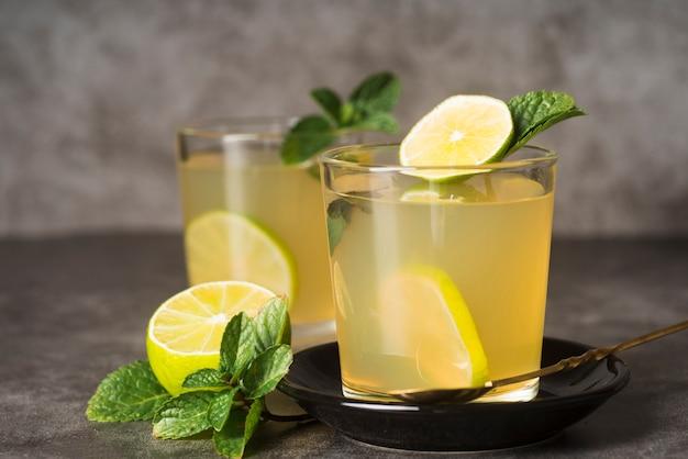 Verres avec limonade sur table