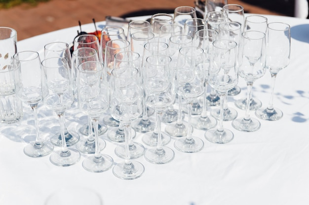 Verres de mariage remplis de champagne au banquet