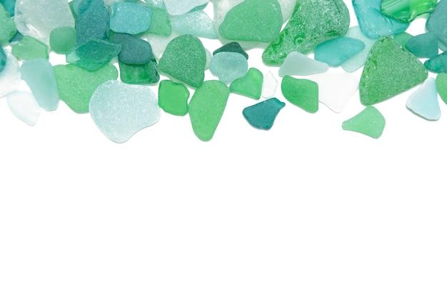 Verres de mer verts sur un fond blanc isolé, espace de copie
