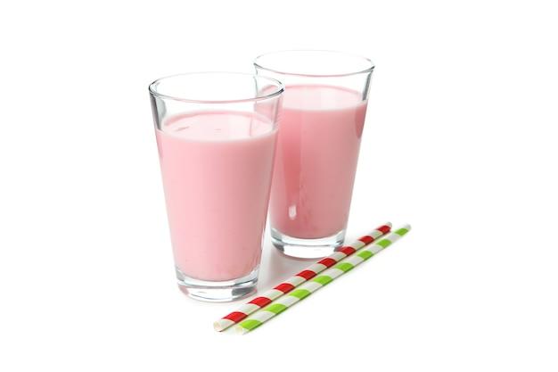 Verres de milk-shake aux fraises et pailles isolés sur fond blanc