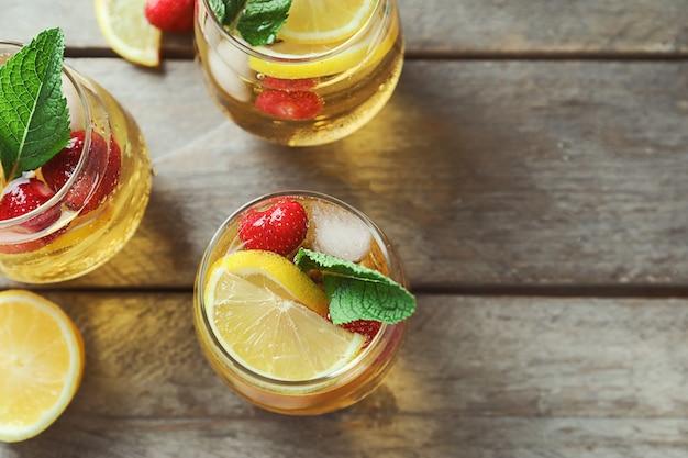 Verres avec mojito aux fraises sur table en bois