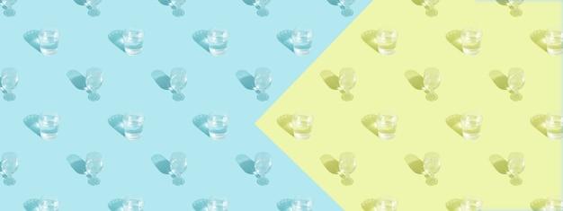 Verres avec motif d'eau et d'ombre sur le format de bannière de fond bleu