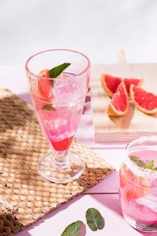 Verres avec pamplemousse et boisson aux fraises