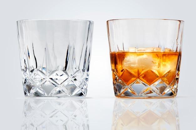 Verres parfaits de whisky et de glace isolés