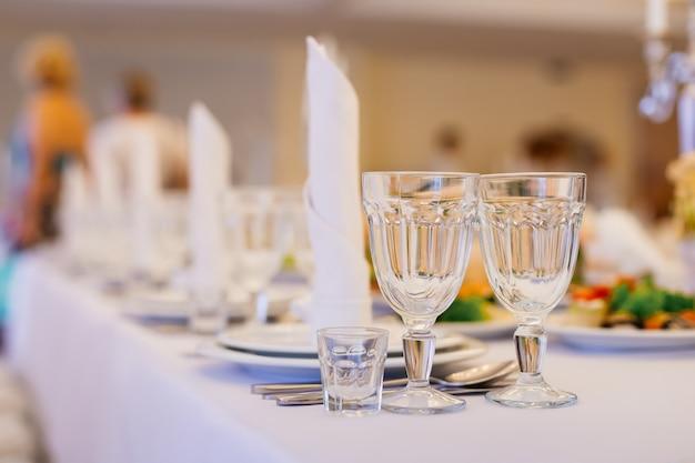 Verres et plats vides dans un restaurant de luxe