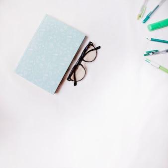 Verres près du carnet et des stylos
