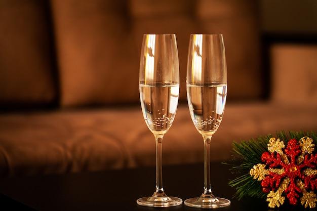 Verres remplis de champagne sur fond de noël