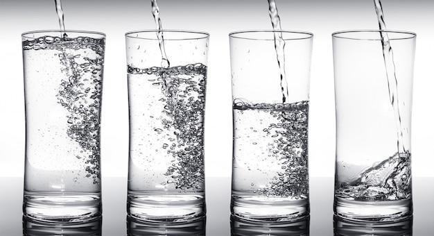 Verres de remplissage d'eau en séquence