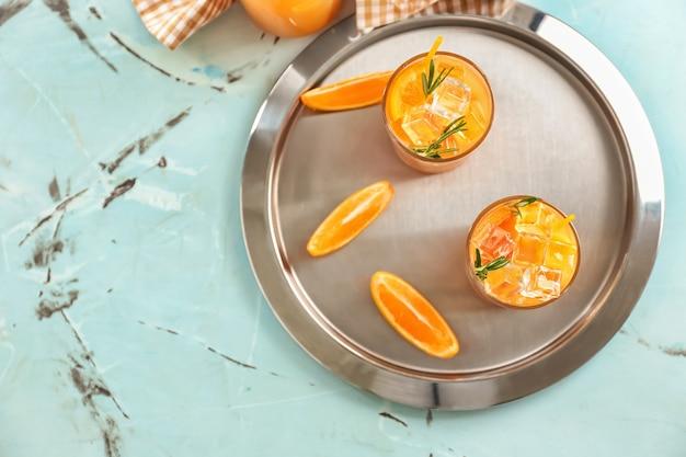 Verres de savoureux cocktail orange sur plateau
