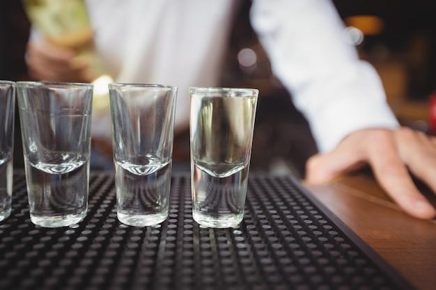 Verres à shot vides sur le comptoir du bar