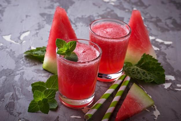 Verres de smoothie melon d'eau à la menthe. mise au point sélective