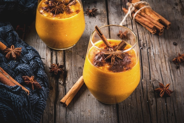 Verres avec smoothie tarte à la citrouille avec cannelle, anis et flocons d'avoine