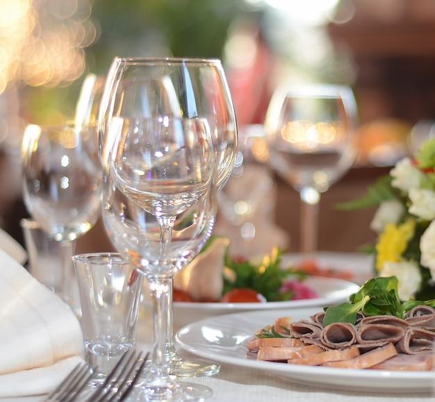 Verres sur la table de fête