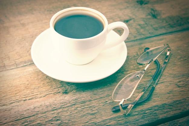 Verres et tasse de café sur une table en bois