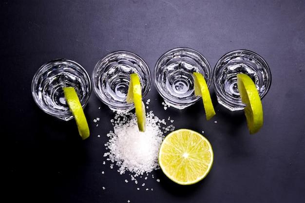 Verres de tequila au bar