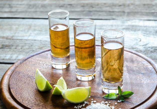 Verres de tequila sur la planche de bois