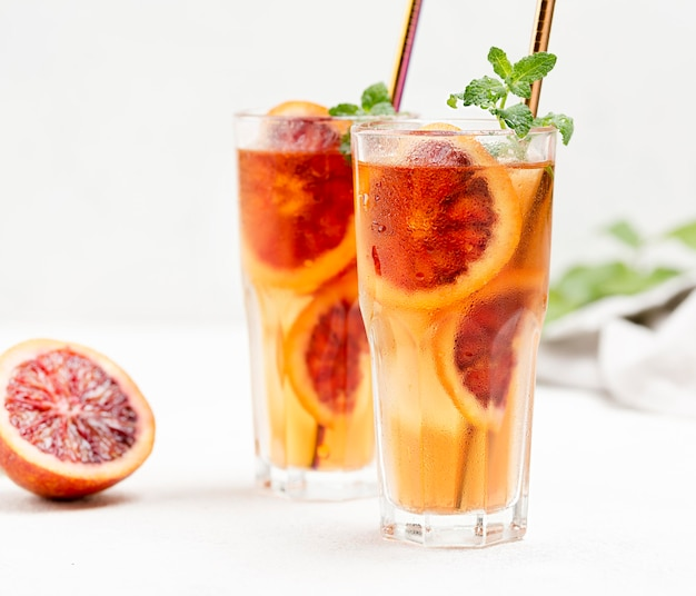 Verres avec thé glacé aux fruits