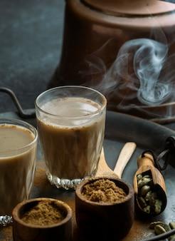 Verres à thé et poudre sur plateau