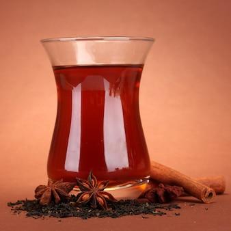 Verres de thé turc, sur brun