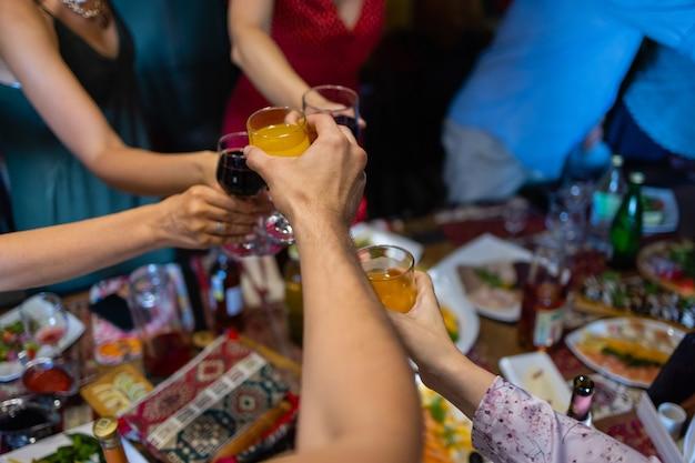 Verres tintants avec de l'alcool et toasting party