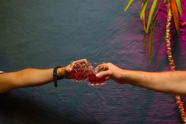 Verres trinquant avec de l'alcool et toasts