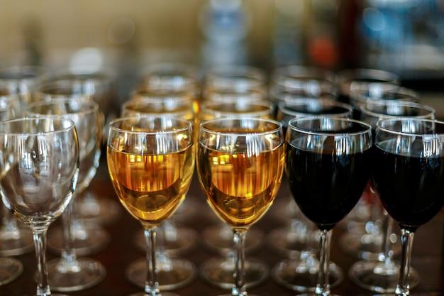 Verres de vin blanc et bouteille de vin rouge