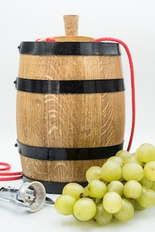 Verres de vin blanc sur fond sombre