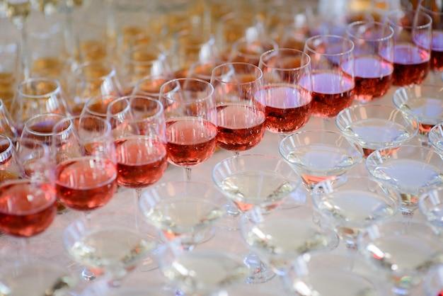 Verres à vin blanc et rouge