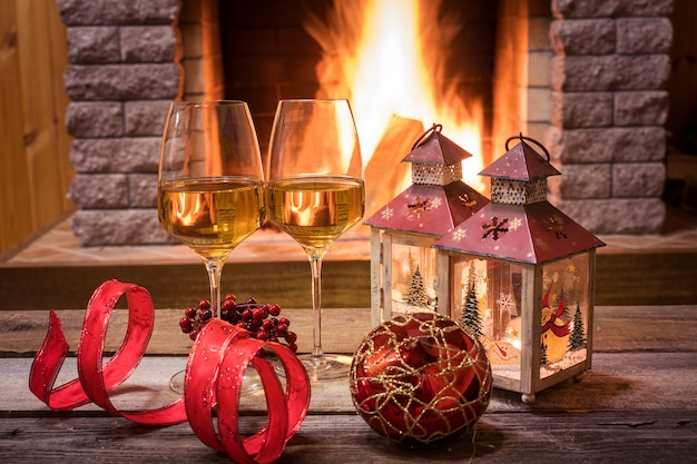 Verres de vin et des bougies près de la cheminée