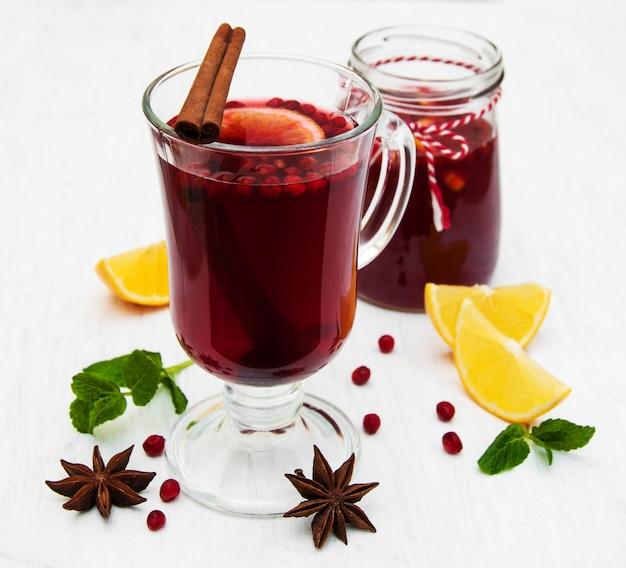 Verres de vin chaud au citron et canneberges
