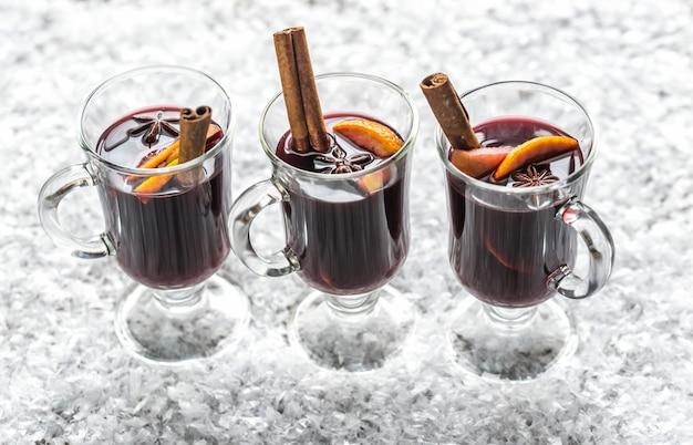 Verres de vin chaud dans la neige