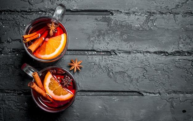 Verres de vin chaud sur table rustique.