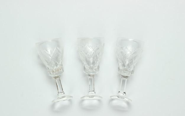 Verres à vin en cristal à facettes de style rétro sur fond blanc.