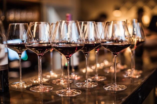Verres à vin dans un restaurant loft lumière chaude
