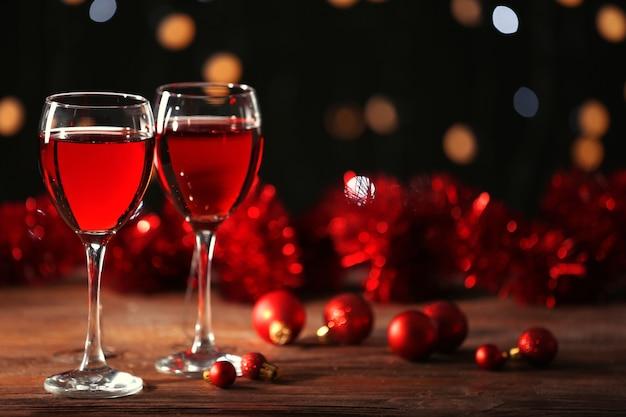 Verres à vin avec décorations de noël sur table en bois